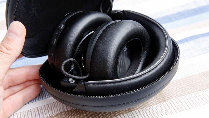 Etuiet tar liten plass og beskytter hodetelefonene godt.