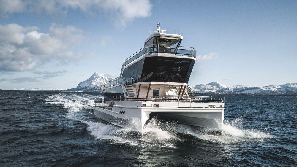 MS Brim utenfor Tromsø. Energibehovet øker i bølger. Foiler i baugene demper bevegelsen og gir litt ekstra framdrift for Brim Explorers nye katamaran, MS Bard.