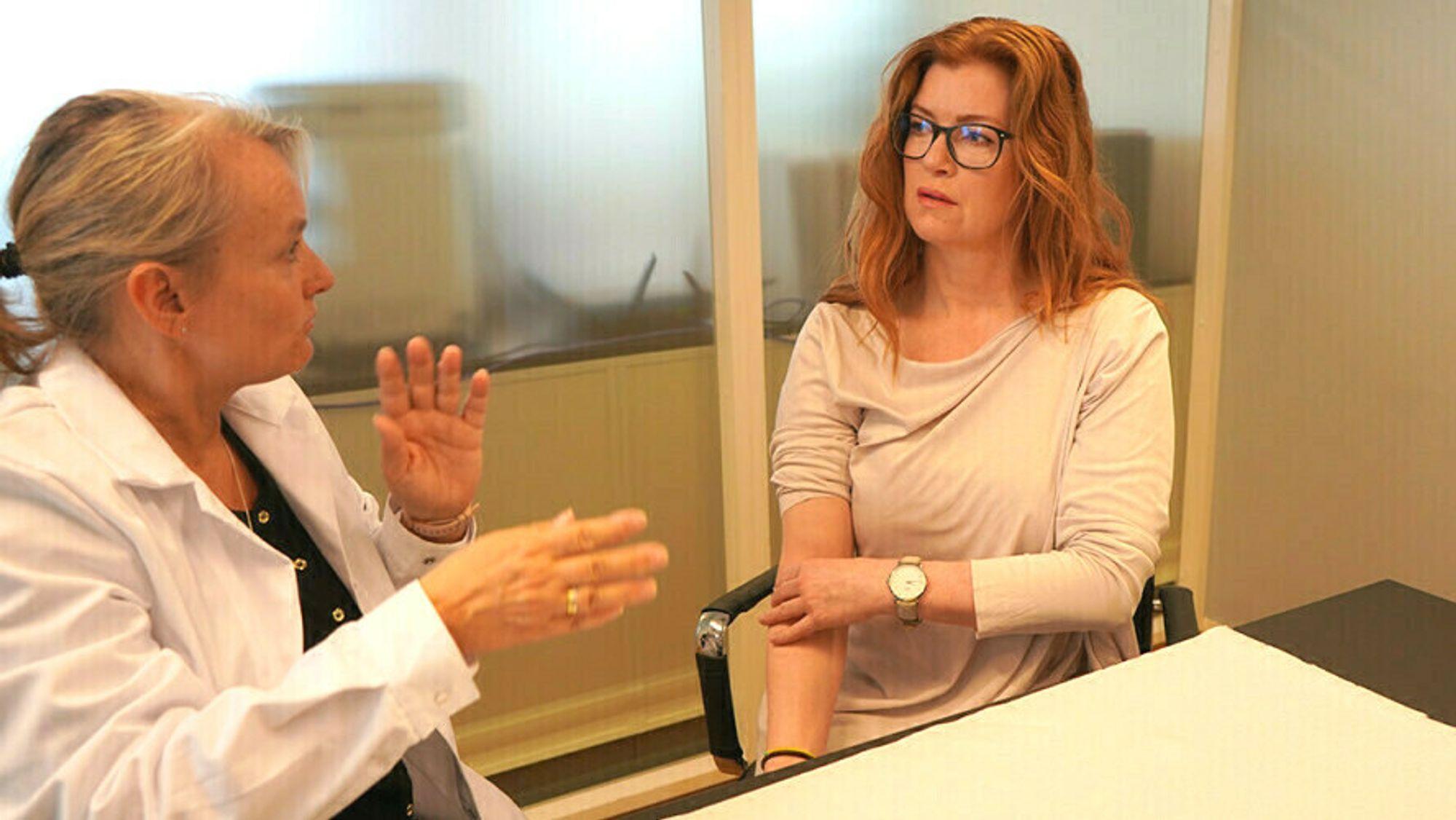 Bioingeniør Siv Eide Kaland i Vitas tar blodprøver av testperson Cecilie Stenvik, som har gjennomgått COVID-19.