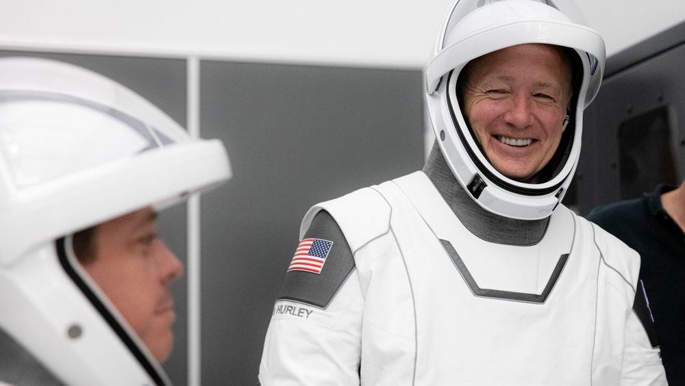 Nasa-veteranene Bob Behnken og Doug Hurley (til høyre) blir de første til å teste det nye romfartøyet Crew Dragon, utviklet av SpaceX for Nasa.