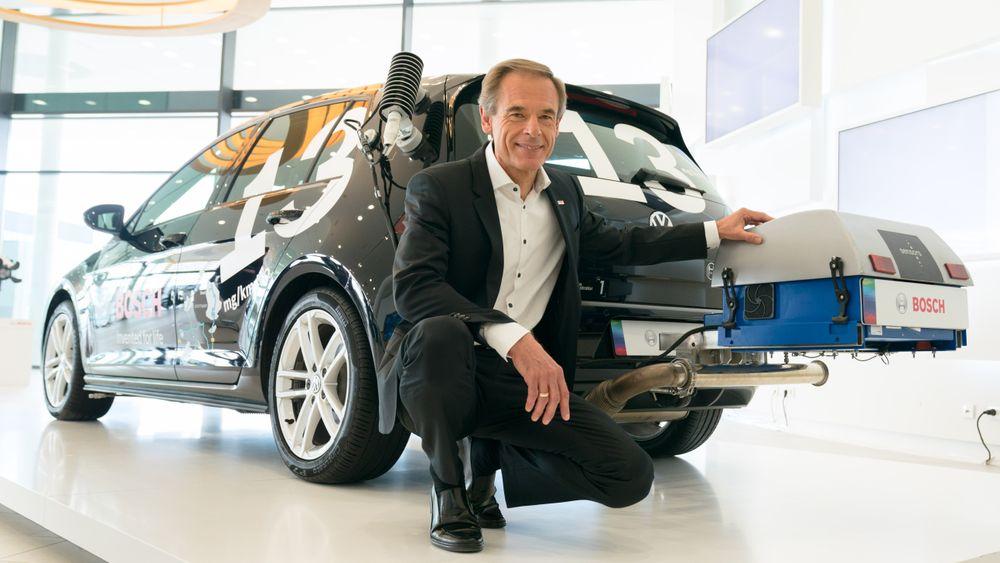 Bosch-sjef Dr. Volkmar Denner viser frem teknologi de har utviklet for å gjøre dieselmotoren renere i 2017. Bosch er en av industriaktørene som leverer flest patentsøknader knyttet til forbrenningsmotor.