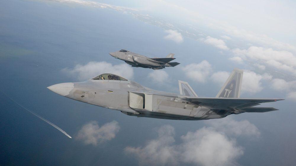 En F-22 Raptor (nærmest) og en F-35 flyr sammen i nærheten av Eglin 15. mai.