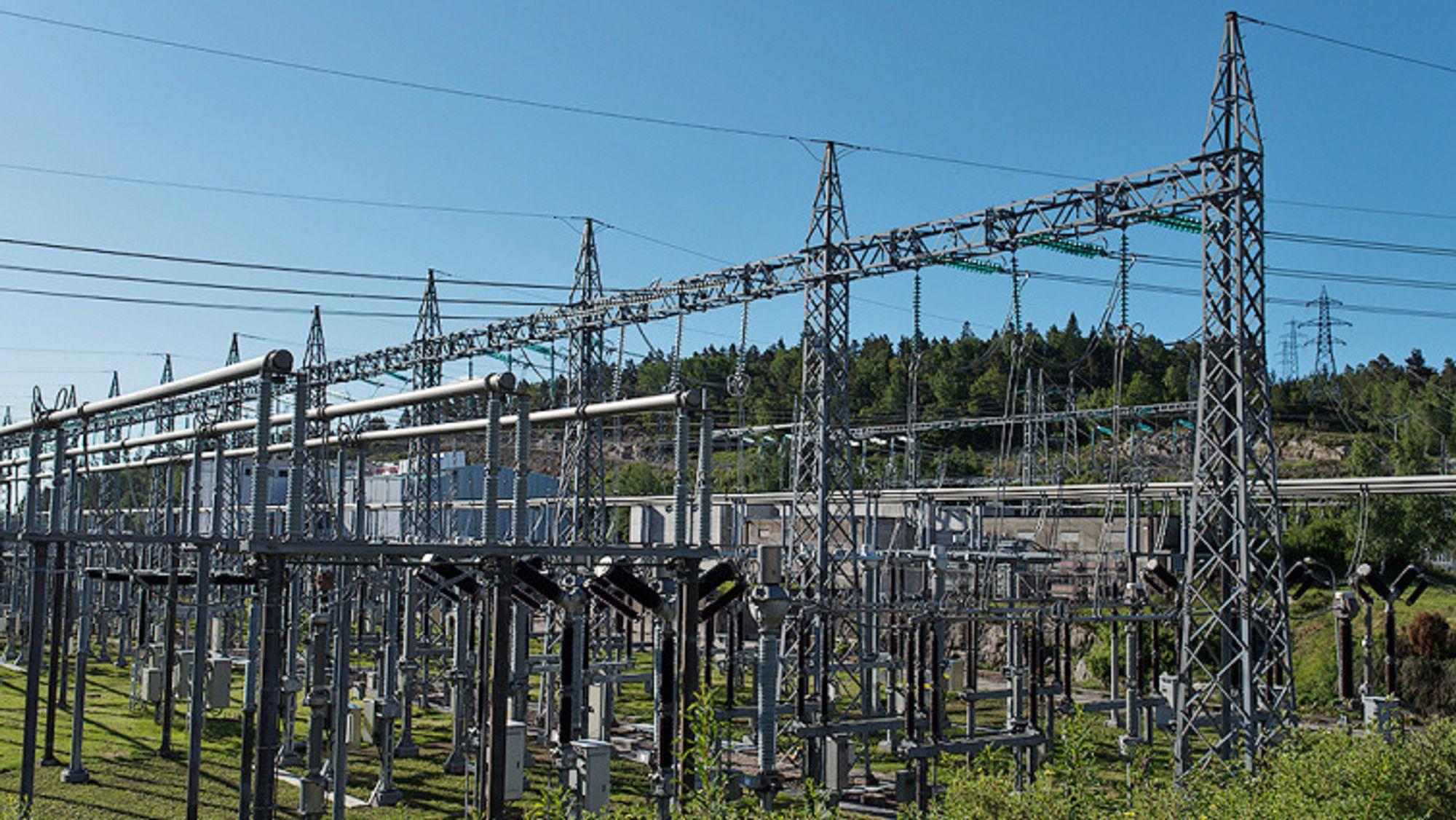 Energi Norge frykter nedgang i investeringer i landstrøm, hydrogen, ladeinfrastruktur og pilotprosjekter innen kraftnett på grunn av koronakrisa. Bildet er fra Kristiansand transformatorstasjon på Støleheia er hvor Skagerrak-kablene er koplet til det norske kraftnettet.