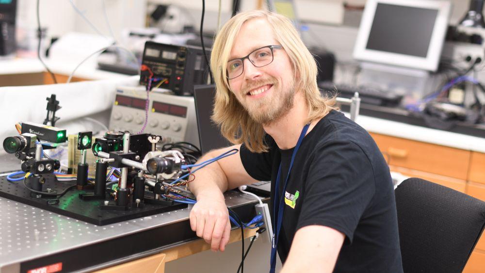 Her er interferometeret i aksjon sammen forsker  Jostein Thorstensen.