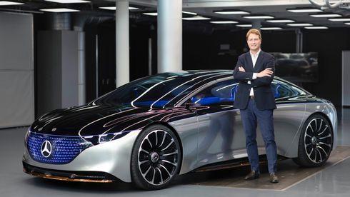 Ola Källenius og konseptbilen EQS. Neste år kommer produksjonsutgaven, som foreløpig ikke er vist uten kamuflasje.