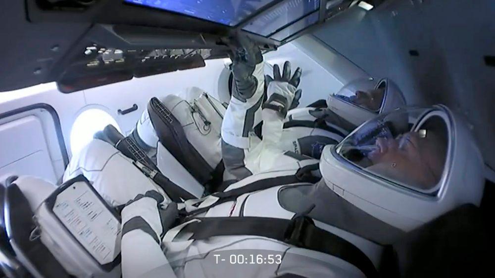 Astronautene Bob Behnken og Doug Hurley ventet i nesten to timer i Crew Dragon-romkapselen da de fikk beskjed om at oppskytingen ble avlyst på grunn av værforholdene.