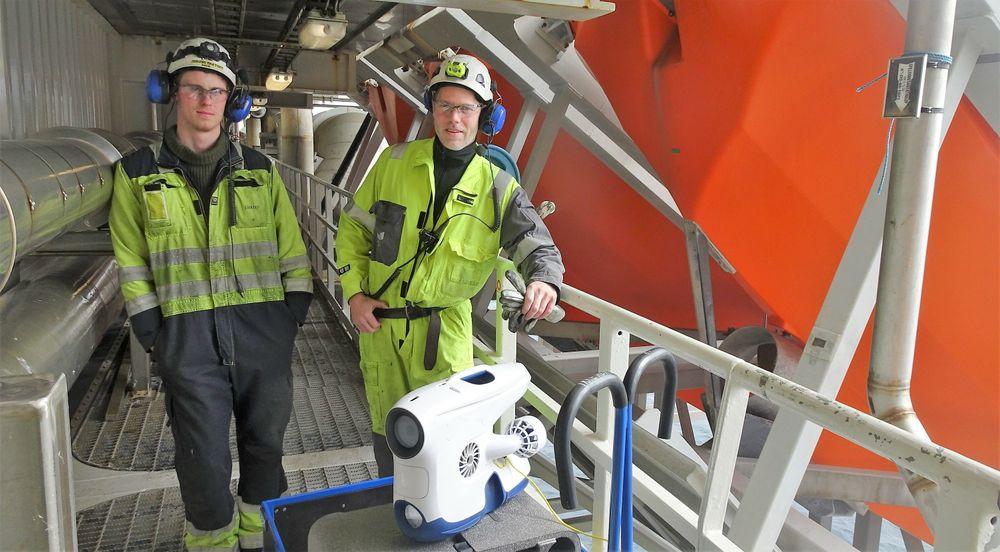 Jørund Bratset og Gaute Valen med Blueye-dronen før en av de to-tre årlige inspeksjonene av sjøvannsinntaket til brannpumpene.