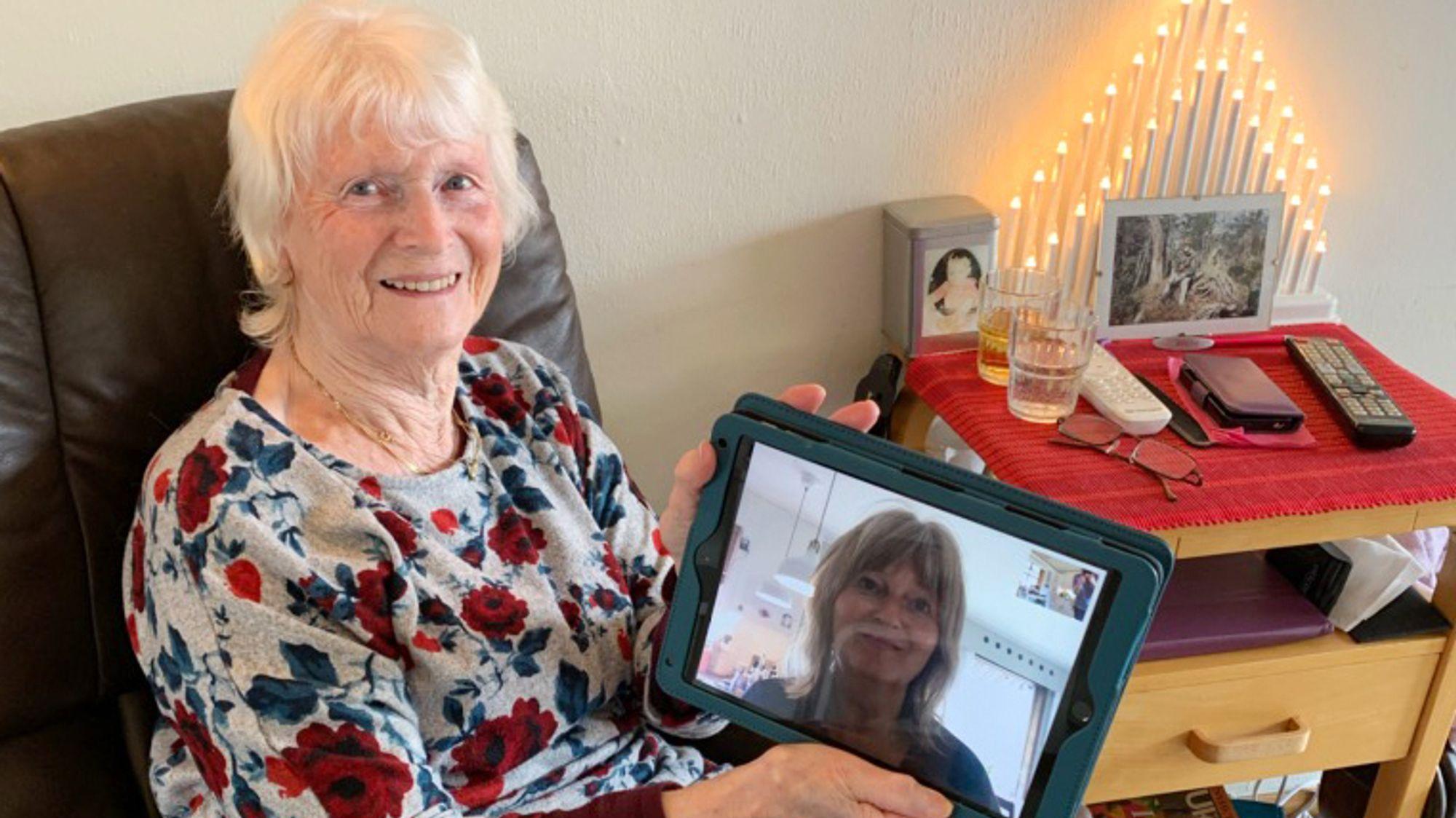 Nettbrett: Hjørdis Seland, som bor på Feda Omsorgssenter, bruker ofte nettbrettet til å kontakte barna sine via Facetime. På den måten får hun også se dem. Det betyr ekstra mye nå, siden de ikke kan stikke innom, knyttet til risikoen for korona.