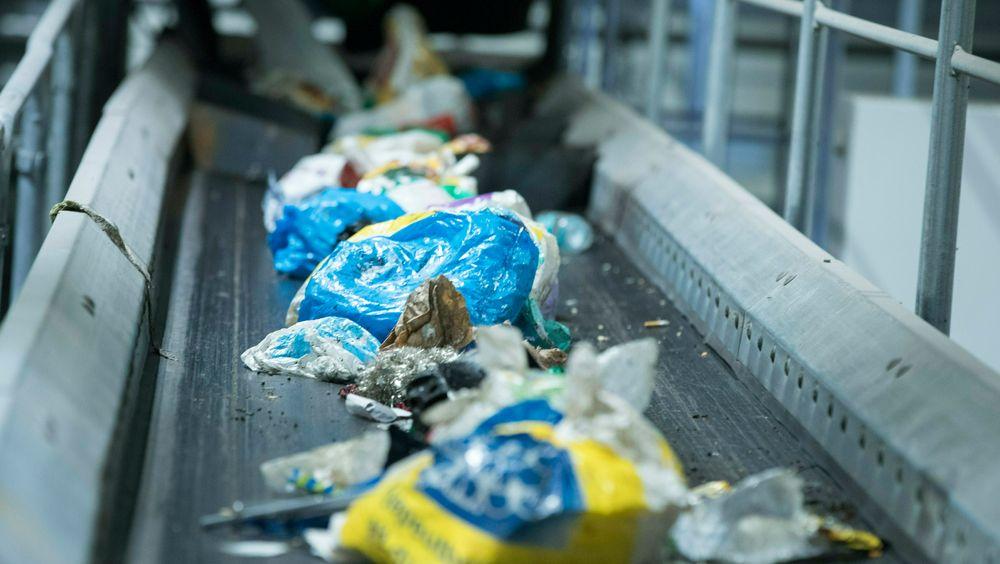 Om lag 220.000 tonn plast havner på det norske markedet hvert år. WWF Verdens Naturfond og miljøstiftelsen Zero krever at regjeringen sikrer at all plast kan resirkuleres, og blir det. Søppel og plast på Haraldrud gjenbruksstasjon på Brobekk i Oslo.