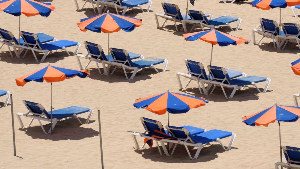 Koronakrise og permitteringer gjør at arbeidsgivere må passe seg så de ikke betaler dobbelt med feriepenger. Her fra stranden på kanariøya Furteventura.