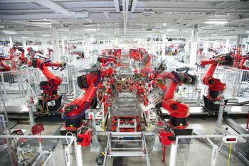 Fra produksjonslinjene i Teslas fabrikk i California.