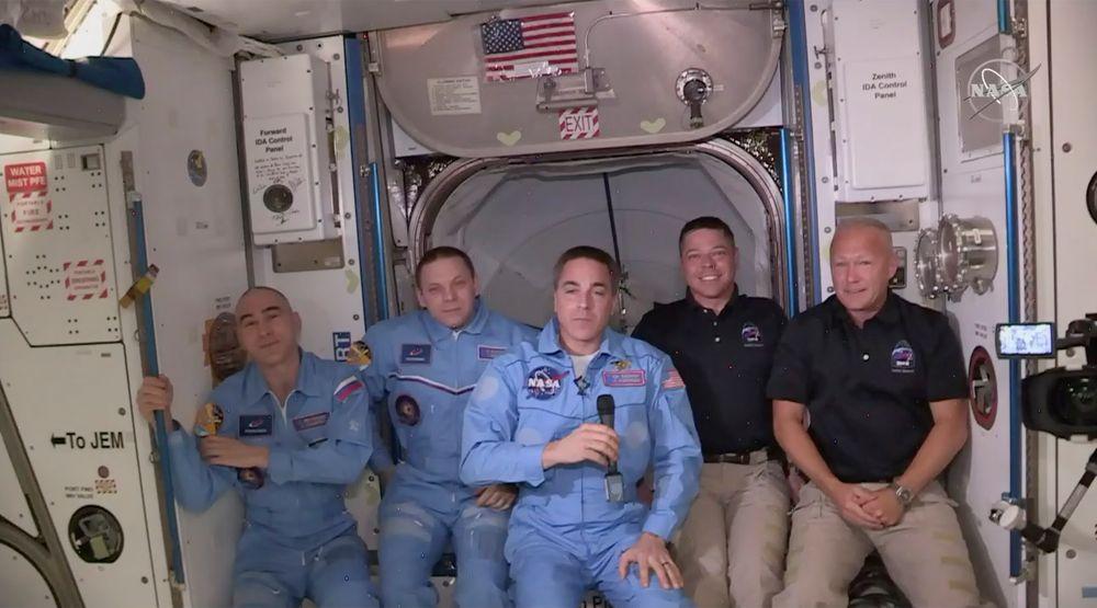 Doug Hurley (f.h.) og Bob Behnke på plass i Den internasjonale romstasjonen ISS sammen med den amerikanske astronauten Chris Cassidy (i midten) og de to russiske kosmonautene Anatolij Ivanishin og Ivan Vagner