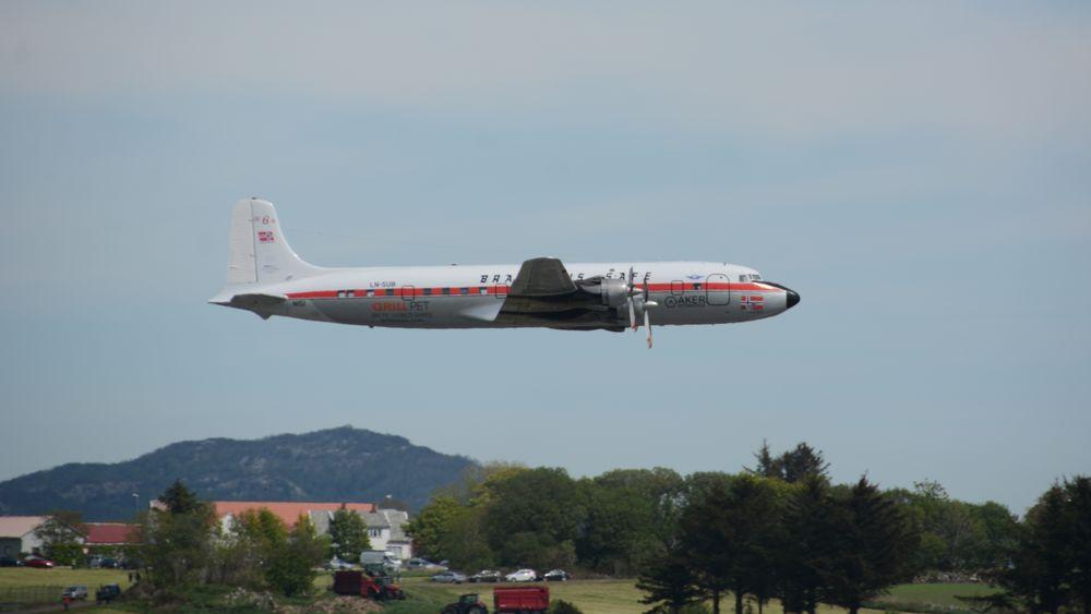 DC-6B LN-SUB gjør en siste overflyging over Sola lufthavn før det lander for siste gang,