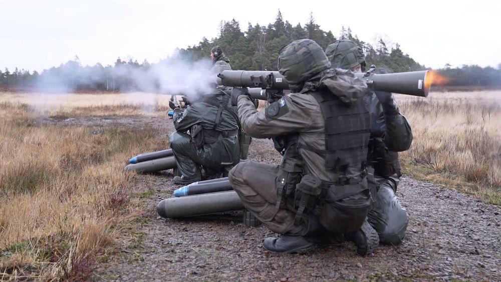 Dette bildet er fra vårens brukertesting av ny stridsuniform der et svensk kanonlag skyter med Carl Gustaf RFK.