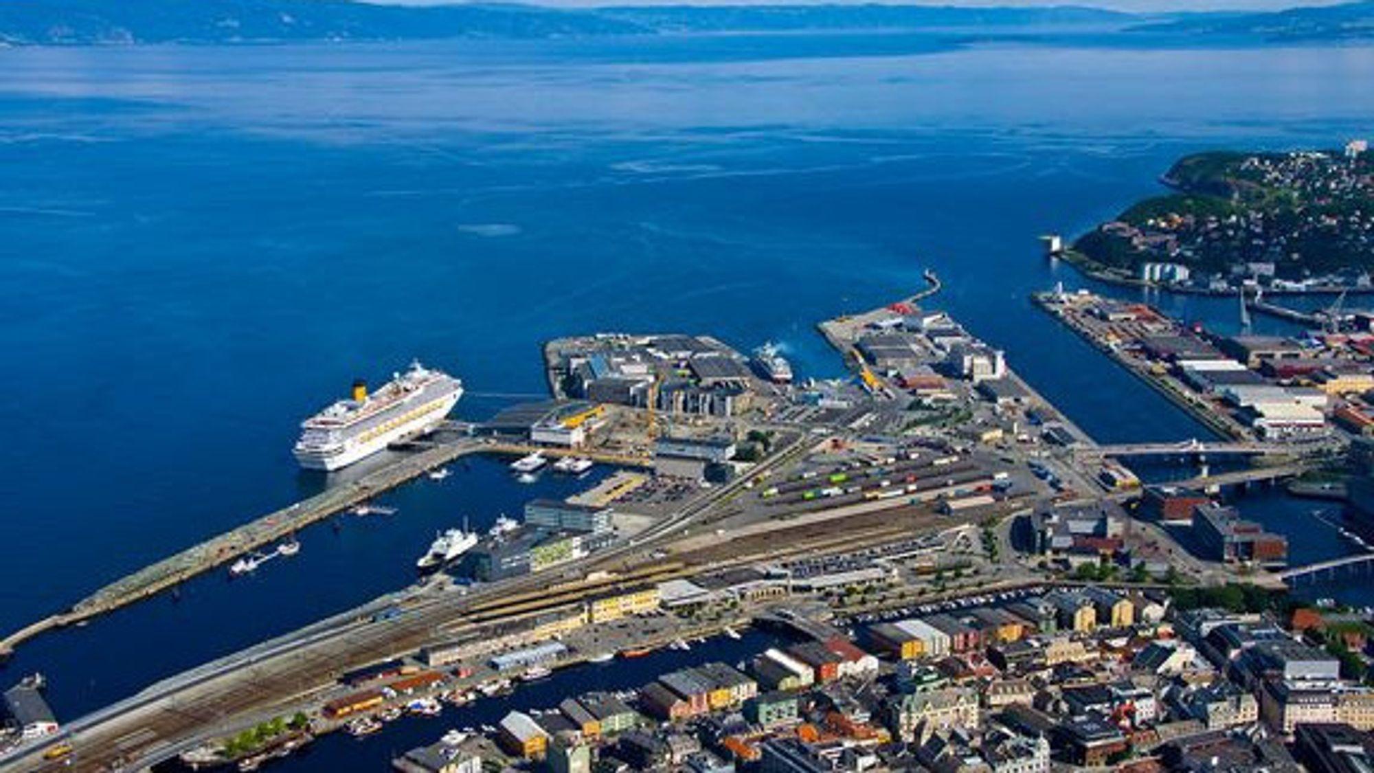 Presset fra de som vil bruke Trondheim havn til boliger og kontorer øker. Nå skal forskerne undersøke om mindre fraktebåter kan løse floken.