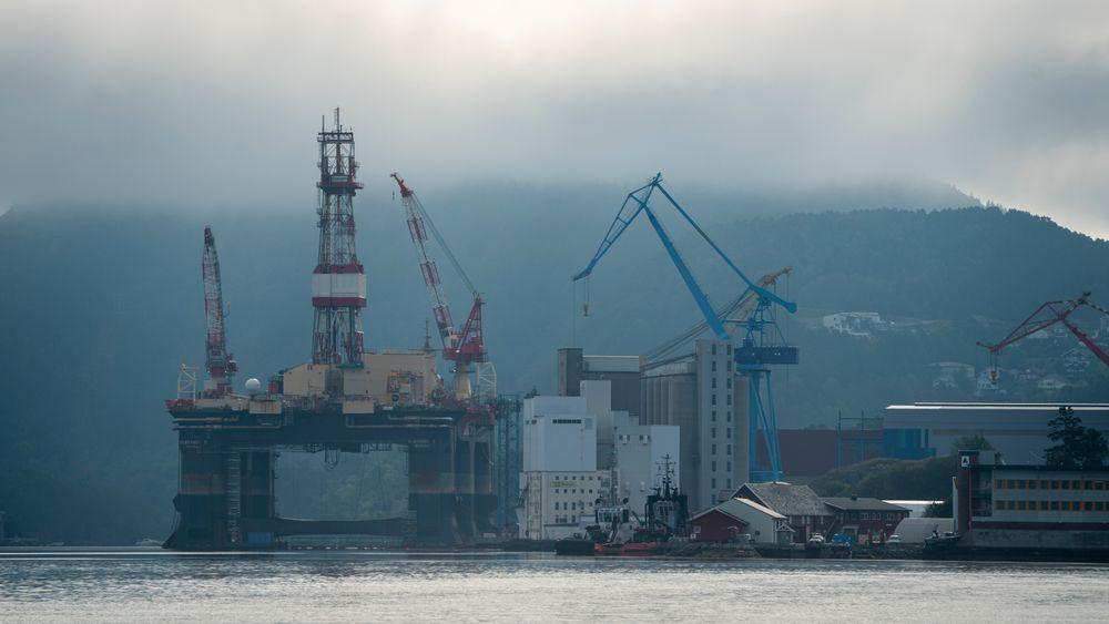 Boreriggen Scarabeo 5 da den lå i opplag i Florø i august i fjor. I en fersk analyse anslår Rystad Energy at riggmarkedet og den øvrige oljeservicebransjen går tunge tider i møte.