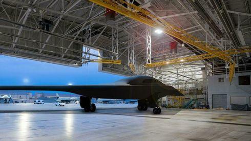 Kunstnerisk gjengivelse av B-21-flyet, plassert i en hangar på Ellsworth Air Force Base.