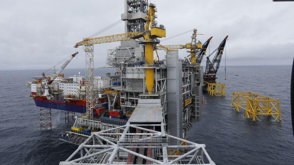 Vi er inne i en svært utfordrende periode, men det er viktig å ikke få panikk. Fornybar energi er fremtiden, men olje og gass vil være en del av energimiksen i lang tid, skriver artikkelforfatterne. Bildet er fra Johan Sverdrup-feltet i Nordsjøen.