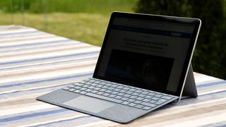 Microsoft Surface Go 2 er et lite og kompakt nettbrett. Med tastaturet, som er ekstrautstyr, er den en fullverdig PC –riktignok en noe treg PC.