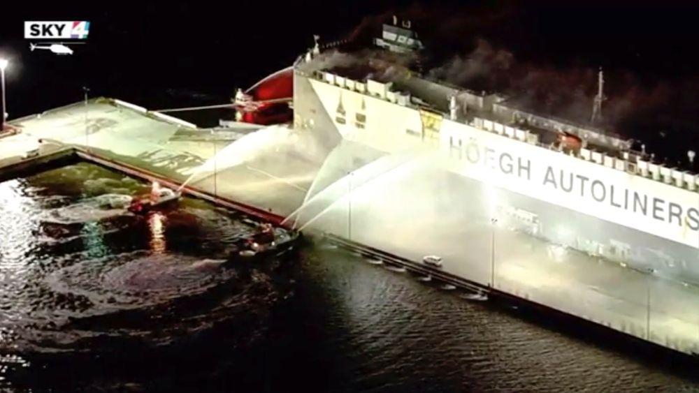 Höegh Xiamen, som står i brann i Florida, brukes til transport av biler.