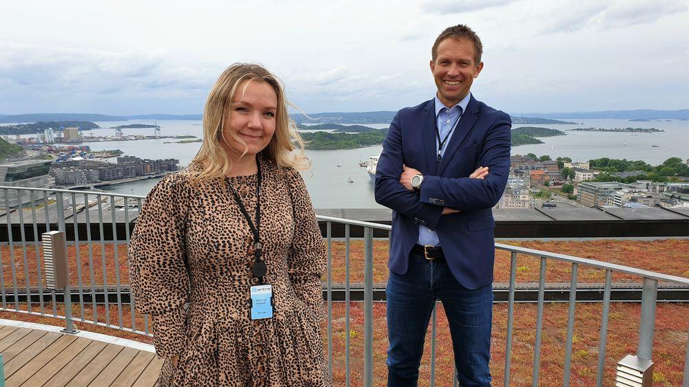 Åse Lunde og Carl Henrik Borchsenius på taket til Postgirobygget, som Entra kjøpte av Posten i 2001.