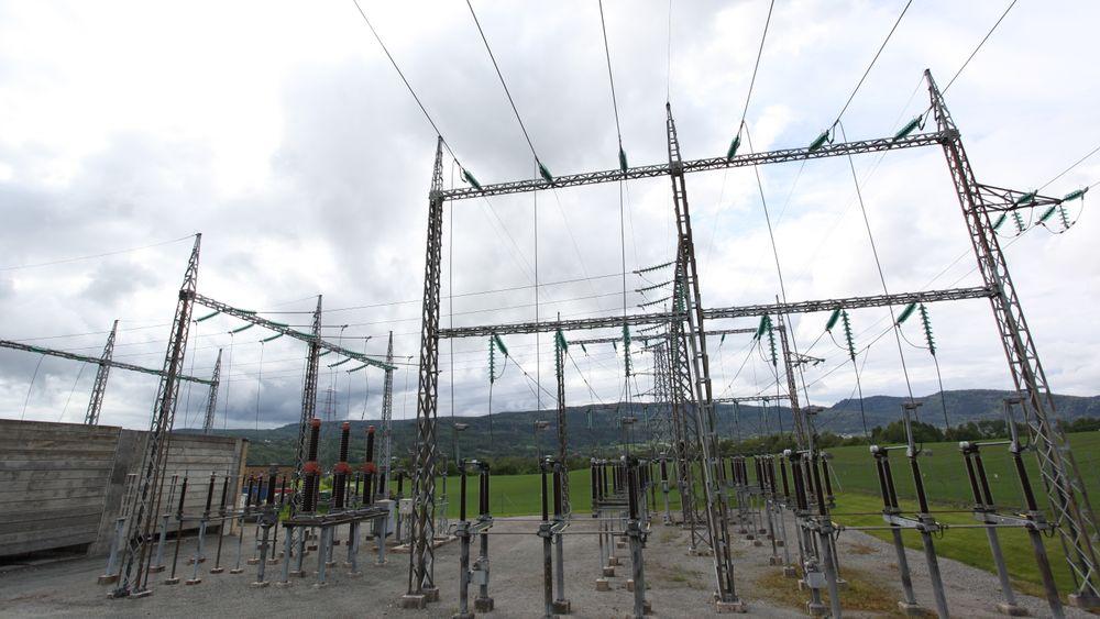 Glitres kunder får en prisreduksjon på 14 øre/kWh på energileddet i nettleien for strøm de bruker mellom klokka 22 og 06. Bildet er fra transformatorstasjonen ved Lier E-verk i Buskerud. (Bilde: Kjetil Malkenes Hovland)