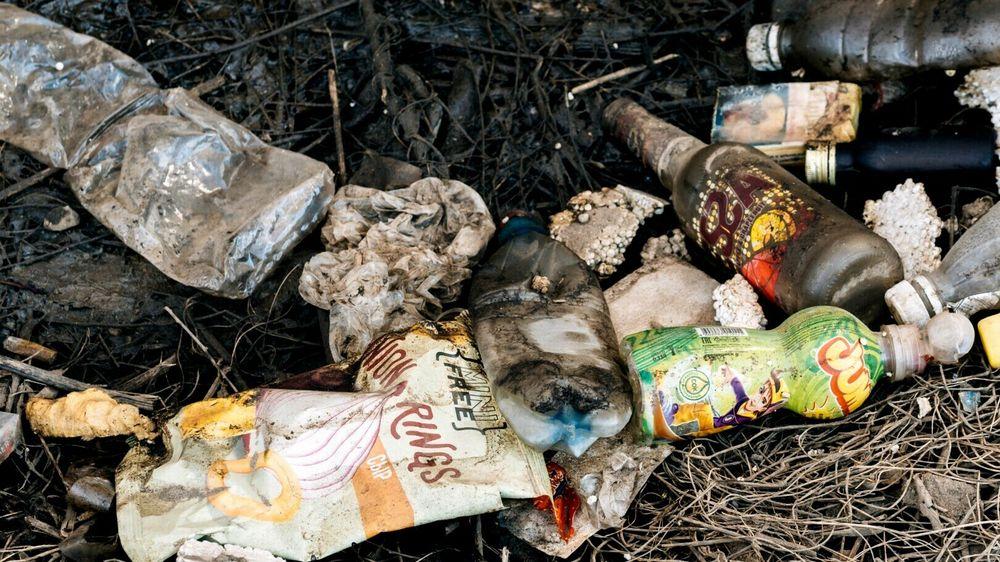 Ifølge en studie fra 2015 havner mer enn 8400 tonn plast på avveie i Norge hvert år. Det tilsvarer over to kilo plastavfall per person. Dette er seks ganger høyere enn for Sverige og Danmark.