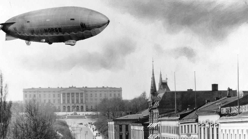 Luftskipet Norge 1 manipulert inn over Karl Johan av den kjente fotografen Anders Beer Wilse, for å skape folkelig støtte rundt den kommende polferden luftskipet gjennomførte i 1926.
