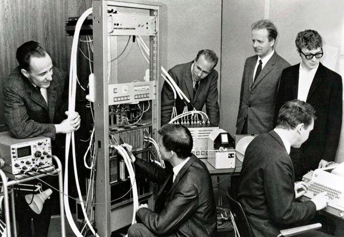 Norsk Datas første datamaskin, Nord-1. Fra venstre: Per Bjørge, Thor Monsen, Ove Raffelsen, Lars Monrad Krohn, Rolf Skår (ved tastaturet), Per Bugge Asperheim.