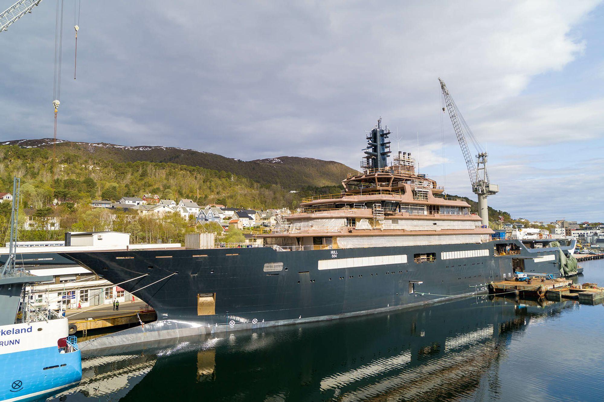 REV Ocean under bygging ved Vard Brattvaag. Både Weber og Glava Isolasjon har bidratt med løsninger som gjør skipet lettere i vekt, og sparer betydelig energi.