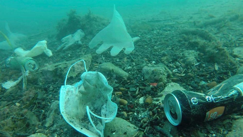 Forskere har funnet 20 år gammelt plastavfall i dyphavet 800 kilometer utenfor kysten av Peru. Bildet er fra Antibes i sørlige Frankrike, og viser hvordan smittevernutstyr forsøpler havbunnen her.