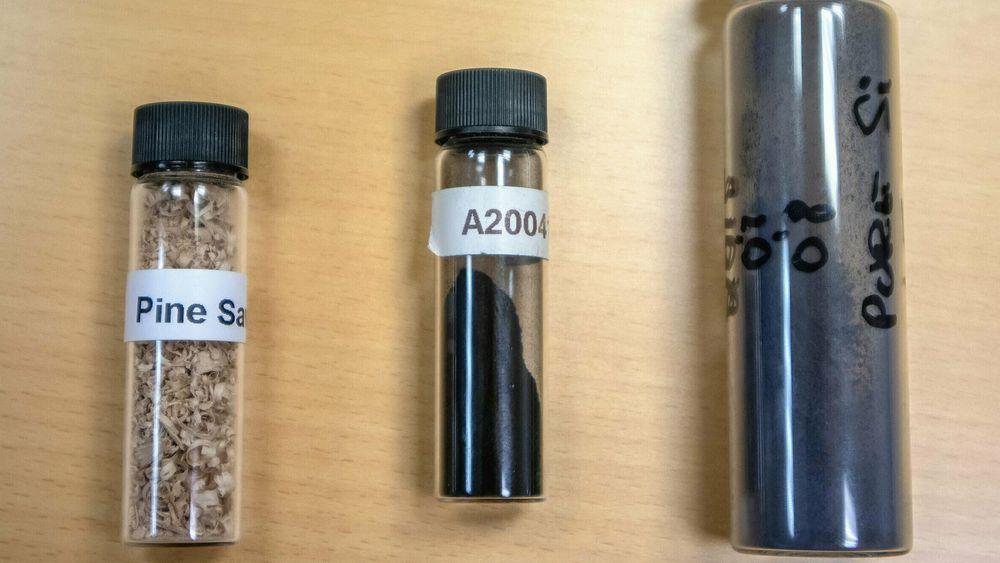 Norsk sagflis (til venstre) blir til karbonpulver med ektremt stor overflate (i midten). Dette og spesielt utviklede silisiumpartiker (til høyre) er viktige ingredienser i den nye batteriteknologien.