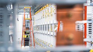 Illustrasjonsbilde av en installatør ved et Microsoft-datasenter.