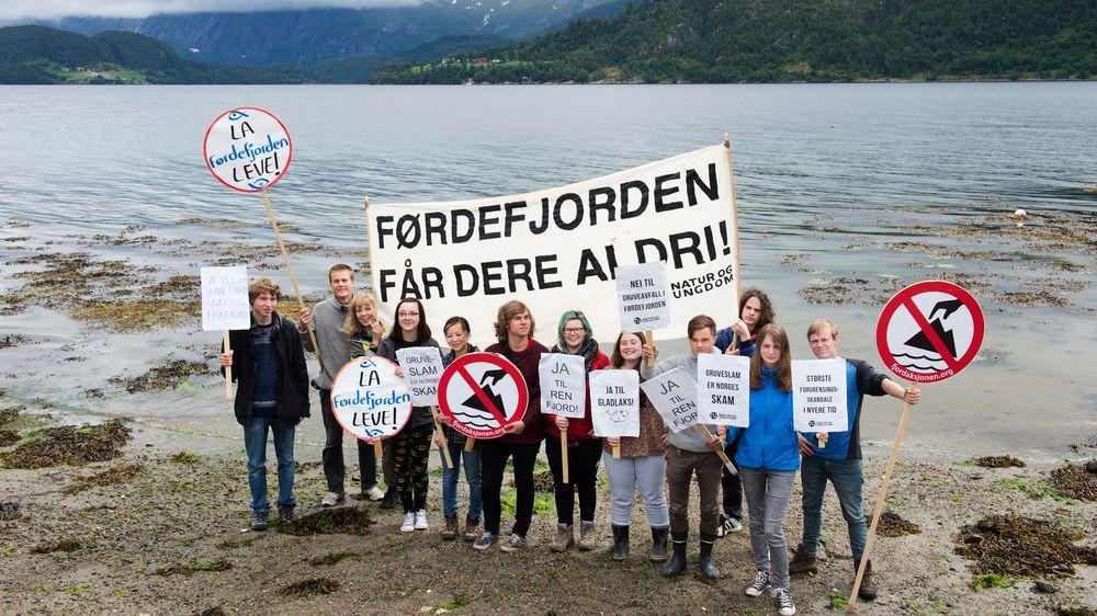 Deltakere på Natur og Ungdoms sommerleir på Vevring i 2015 demonstrerte mot dumping av gruveavfall i Førdefjorden.