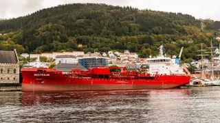 Bestiller skip som skal vare i 30 år. Da må motoren kunne bytte drivstoff