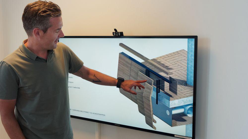 Bjørn Fredrik Gjerstad viser en skisse fra samhandlingsstrøket der tregelenderne vil få flerkrumme flater og produsentene må kunne hente informasjon direkte fra 3D-modeller for å proudsere et stort antall unike elementer.