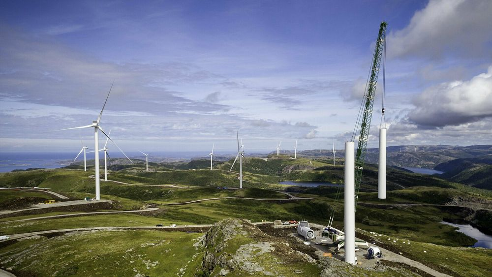 Et av forslagene til regjeringen er at avstanden mellom bebyggelse og vindparker skal være minst fire ganger turbinenes høyde, eller 800 meter. Bildet er fra Fosen.