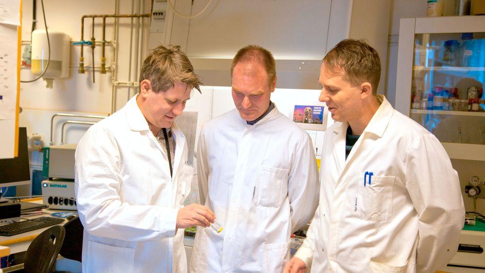 Pulver: Glasset som Christian Strietzel holder i hånden inneholder batteriets materialer i pulverform.