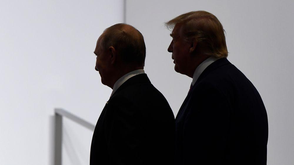 Vladimir Putin (t.v.) og Donald Trump under G20-toppmøtet i Japan i fjor. De to presidentene må nå ta stilling til om den siste gjenværende atomavtalen mellom USA og Russland skal reddes.