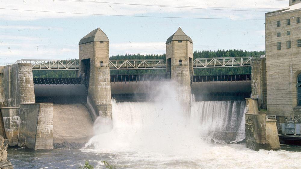 Solbergfoss ved Glomma i Askim stod ferdig i 1924. Det er et såkalt elvekraftverk, som benytter seg av gjennomstrømning av vann, fremfor kraft fra store høyder for å produsere elektrisitet.