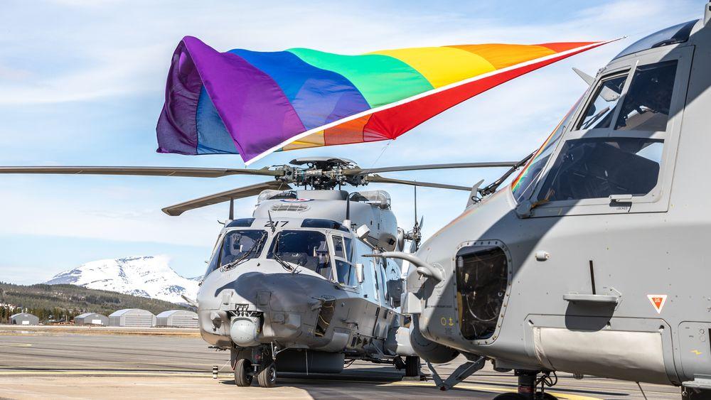 Pride markeres med flagg og to NH90 på Bardufoss tidligere i juni. Men når det gjelder anskaffelsen av disse helikoptrene er det få som har grunn til å være stolte.