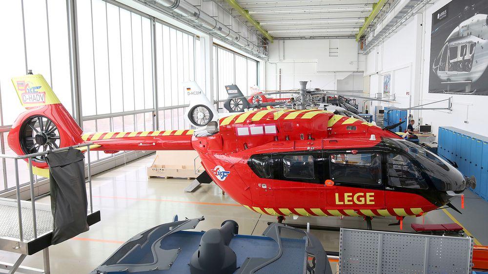Det nye H145-helikopteret til Stiftelsen Norsk Luftambulanse står først i utleveringskøen på Airbus-fabrikken i Donauwörth.