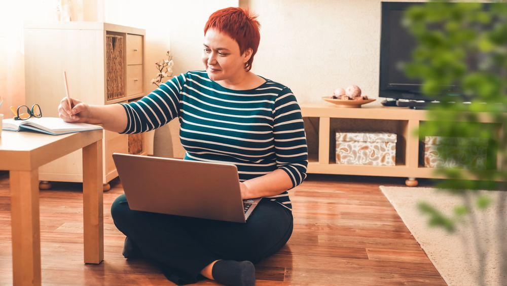 Utfordringen vi får når vi alle sitter på hjemmekontor, er som Markussen er inne på, at blant annet møtene ved kaffemaskinen eller i korridoren forsvinner. Skillet mellom arbeidstid og fritid er det også lett å viske bort, skriver artikkelforfatteren.