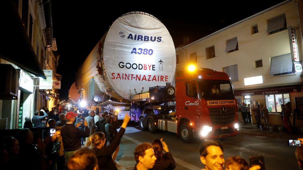Skrogdeler til det siste Airbus A380-flyet fraktes gjennom Lévignac, like vest for Toulouse 17. juni.