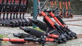 Voi-sjefen vil ha strengere regulering av elsparkesykler i Oslo