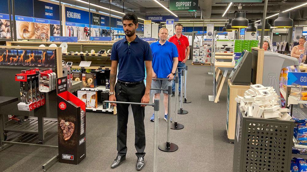 Tester: Først i den mekaniske regulerte køen er Elkjøps varehussjef på Ullevål, Amit Dutta, mens oppfinneren Ole T. Hoelseth står sist. Hver gang en rykker frem skjønner personen bak at det er på tide å følge etter i feltet som blir ledig.
