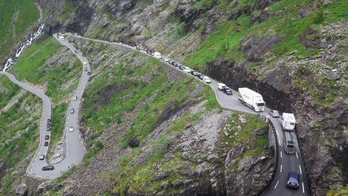 TROLLSTIGEN  20160722.Lange bilkøer på Trollstigvegen (Trollstigen) på fylkesvei 63, etter at en buss fikk problemer i en av svingene.Foto: Paul Kleiven / NTB scanpix