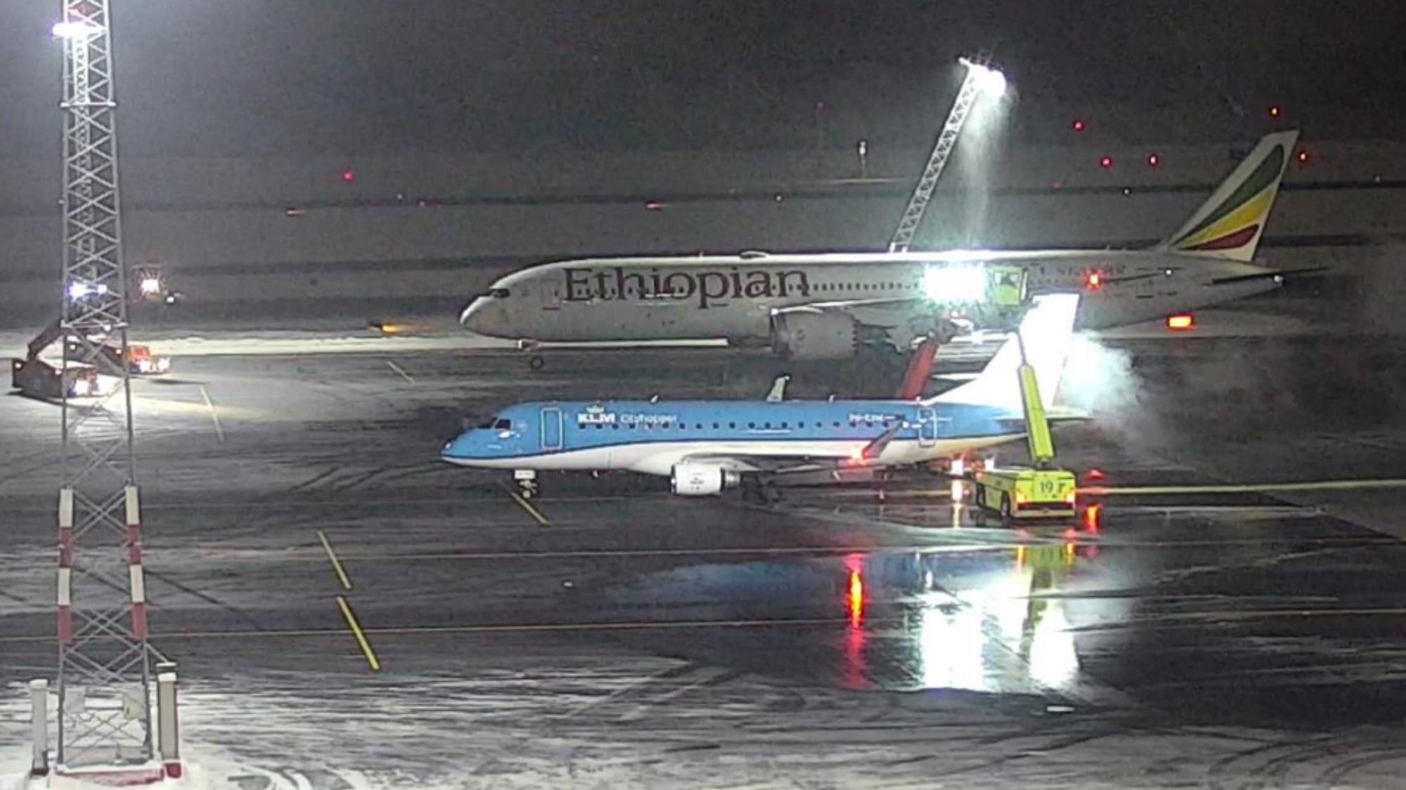 Her har Boeing 787-9-flyet nettopp klippet ned en lysmast på avisingsområdet Bravo nord på Oslo lufthavn. Denne plattformen er for kategori C-fly, som Embraer 170-flyet ved siden av, mens Dreamliner er et kategori E-fly.