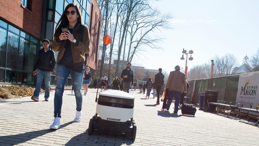 Eksempel på en selvkjørende robot som fra Starship Technologies som leverer mat på universitetsområdet i Fairfax.