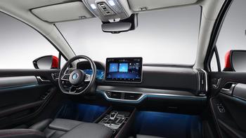 Bilen er utstyrt med en stor skjerm.